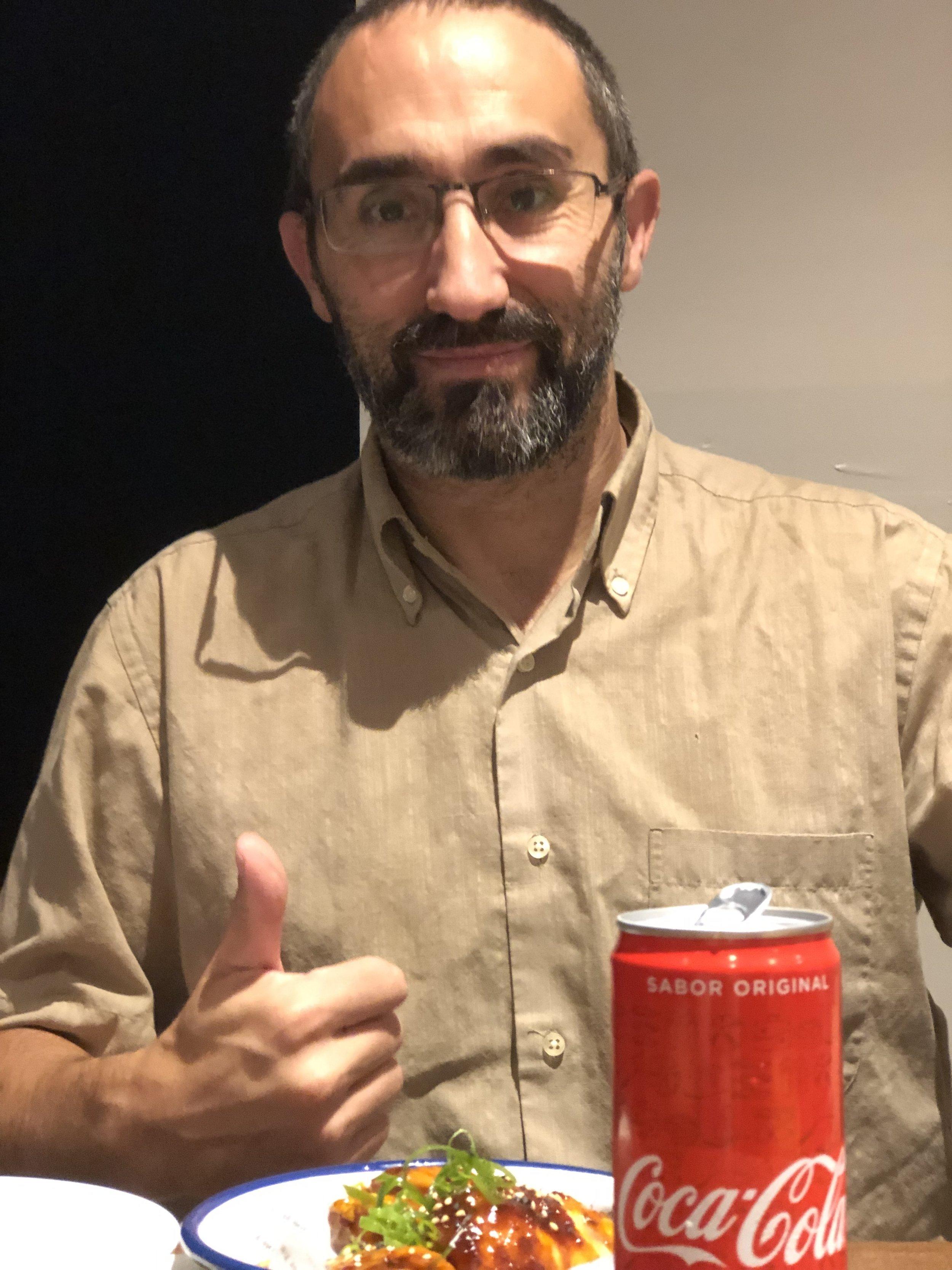 Marc Olivé con su primer plato de alas de pollo y su bebida preferida, Coca-Cola.
