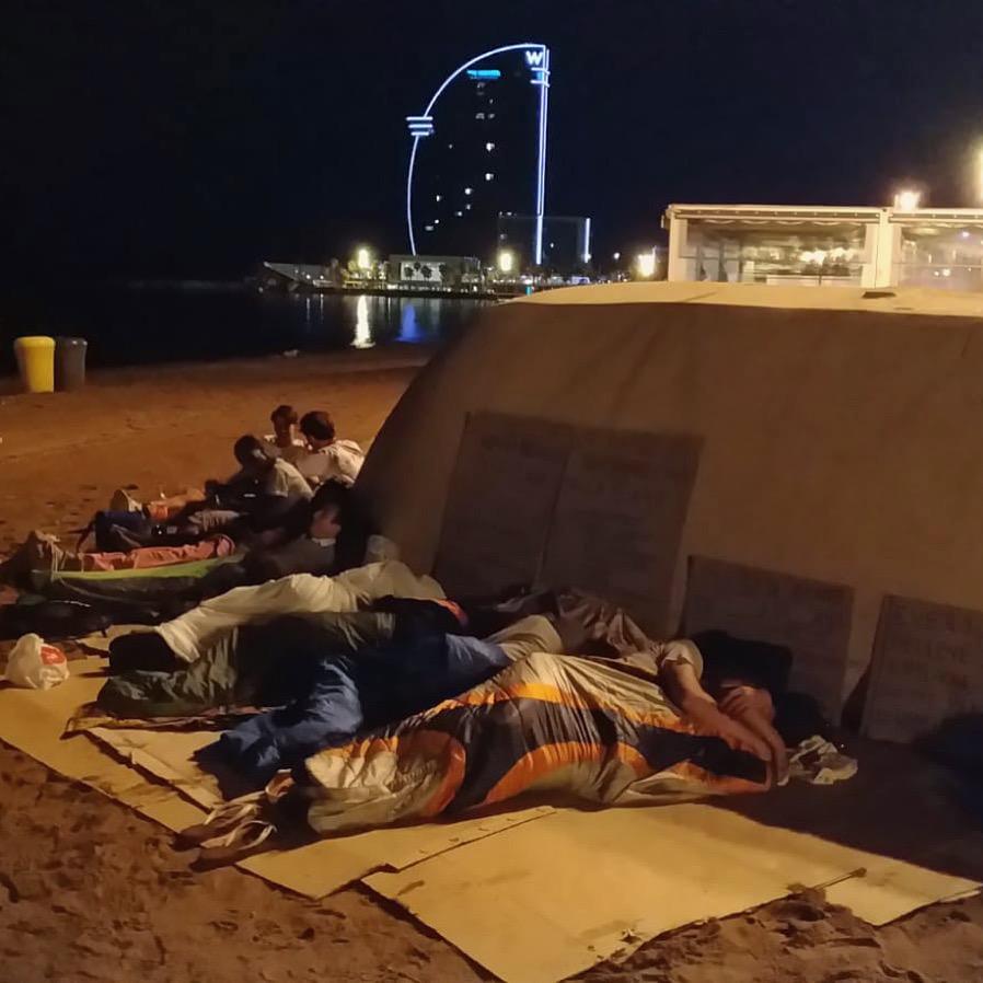 Durmiendo en la playa durante nuestra 23ª edición de #TodosDurmiendoEnLaCalle en julio 2018.