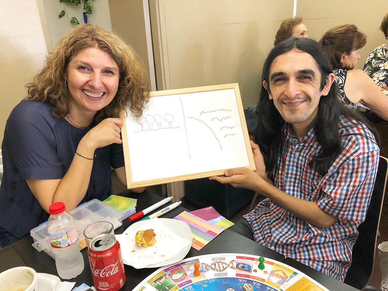 Susanna y Leandro con el dibujo demostrando su respuesta a una de las preguntas durante la primera actividad de la 35 edición de #TodosDurmiendoEnLaCalle.