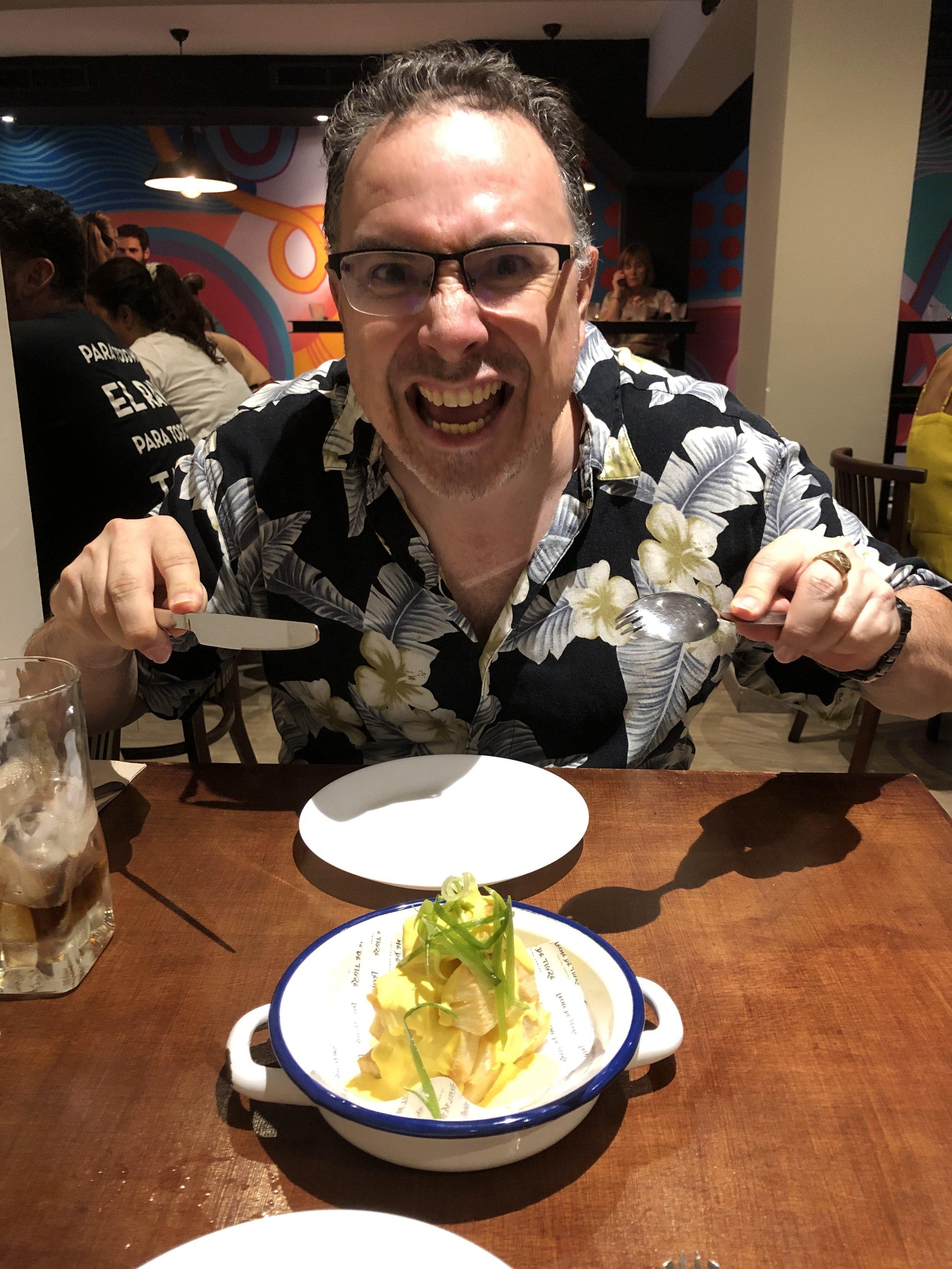 ¡Victor no pudó esperar a probar la comida de Leche de Tigre! ¡Su humor, sonrisa y actitud positiva son contagiosos!