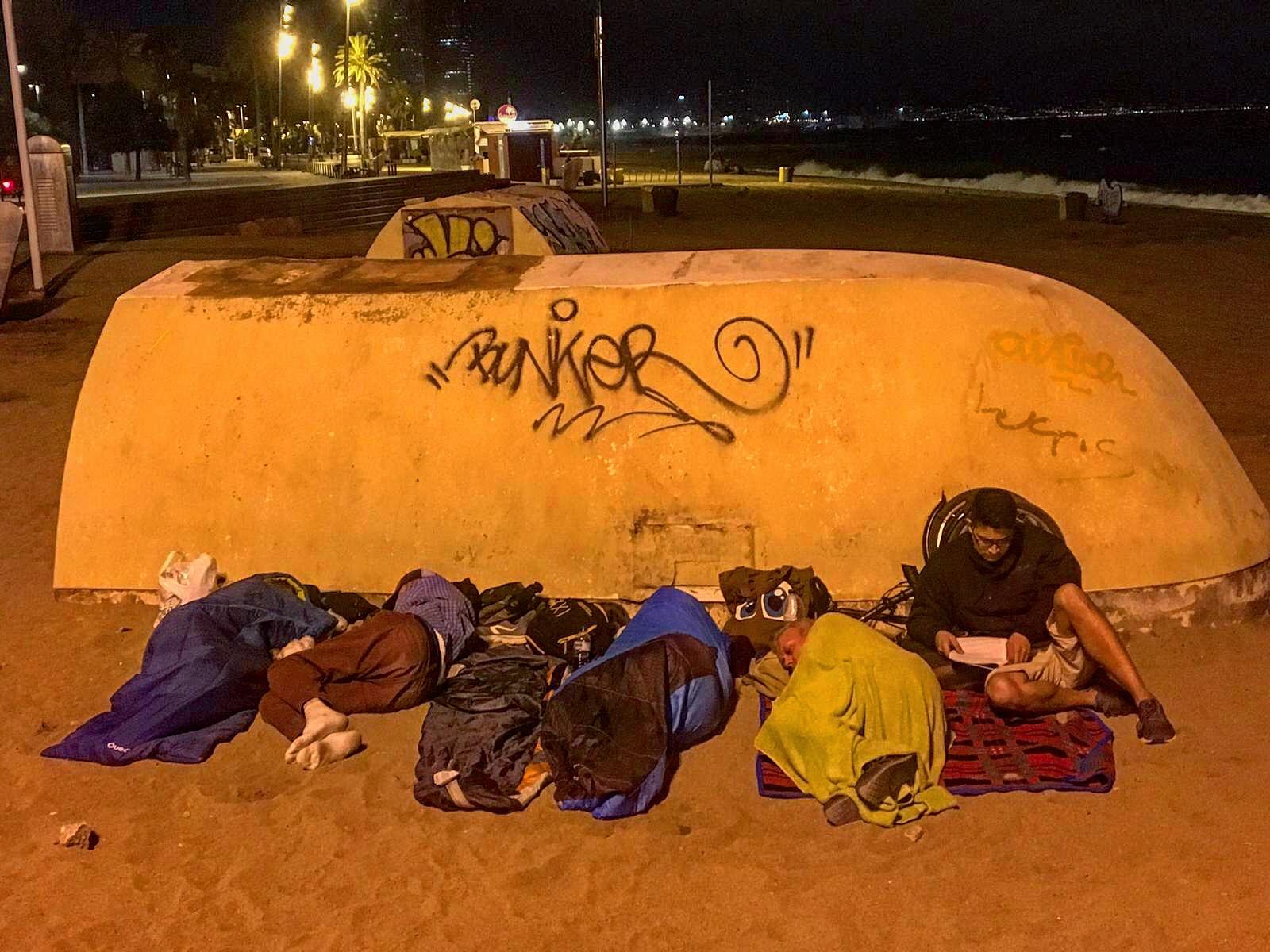 Voluntarios de #HomelessEntrepreneur durmiendo en la playa la noche del día 19 de agosto para mejorar su estado de conocimiento y empatia con el fin de reconocer como se puede llevar a cabo un cambio verdadero a través del trabajo y ciudadania activa.