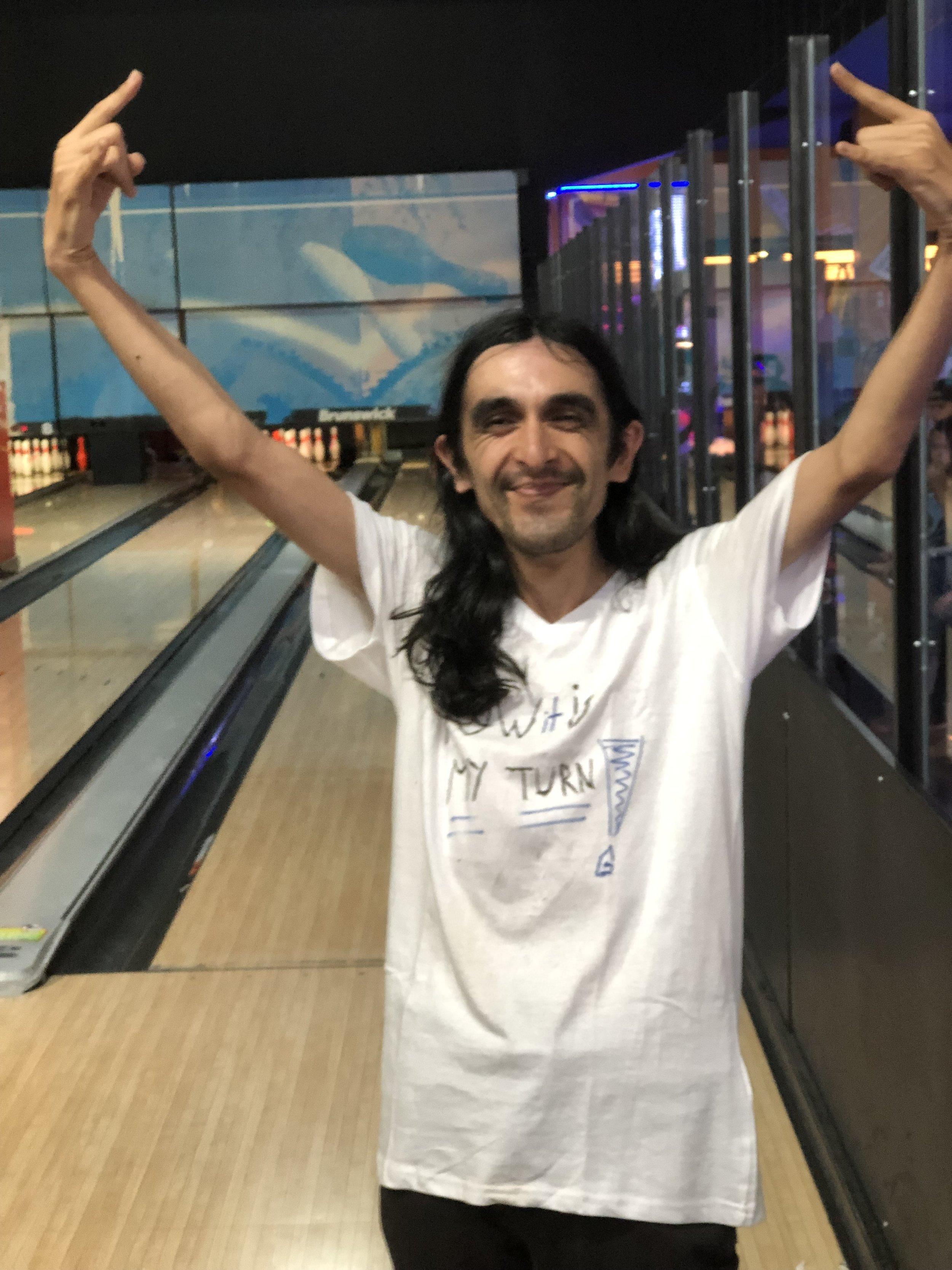 Leandro jugó bowling por la primera vez y era la primera persona que conseguió un strike!