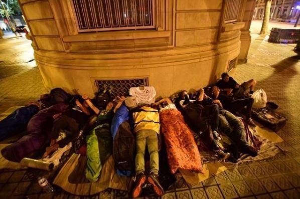 Durmiendo en la calle la noche antes de La Diada 2018 a lado del monument a Rafael Casanovas.