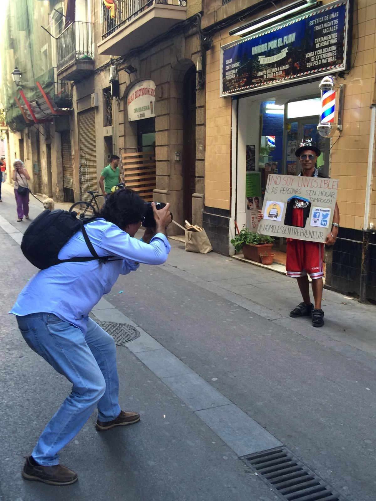 José sacando fotos para dar visibilidad a la problemática del sinhogarismo con las personas sin hogar en #HomelessEntrepreneur.