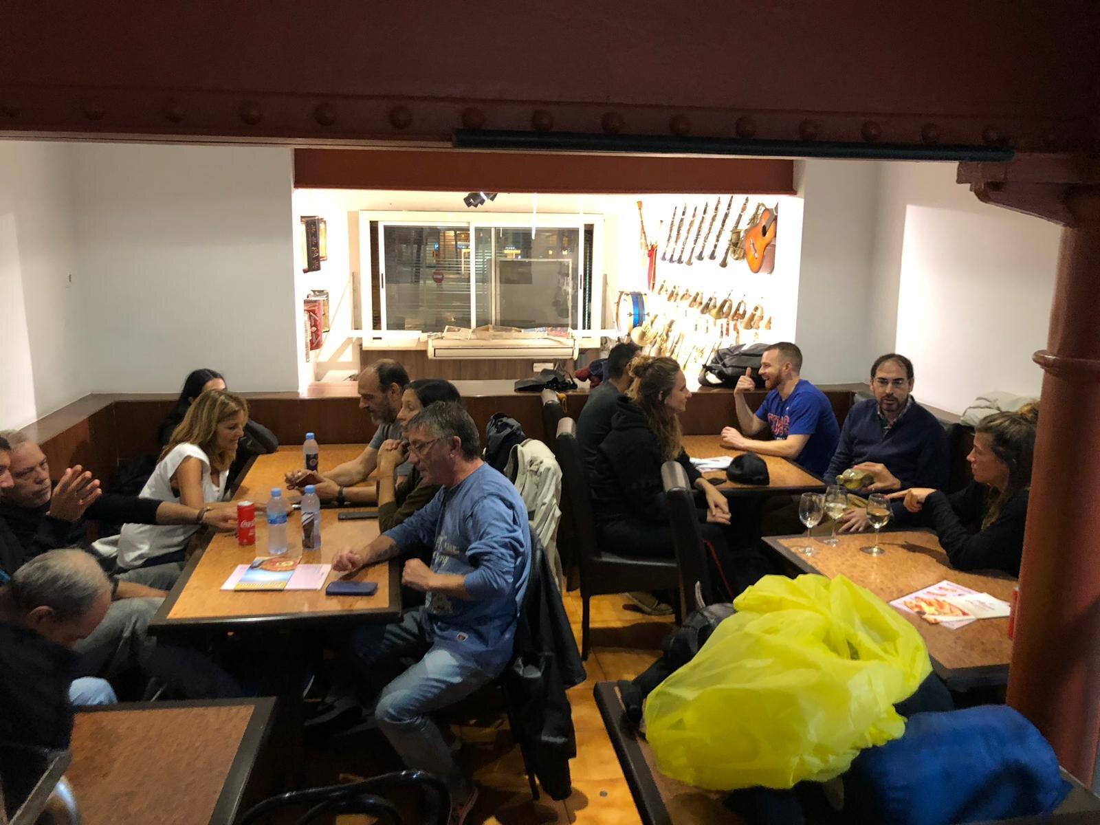Cenando para mejorar las relaciones entre las personas sin hogar en nuestro programa y participantes del evento y para conseguir un descanso de la lluvia.