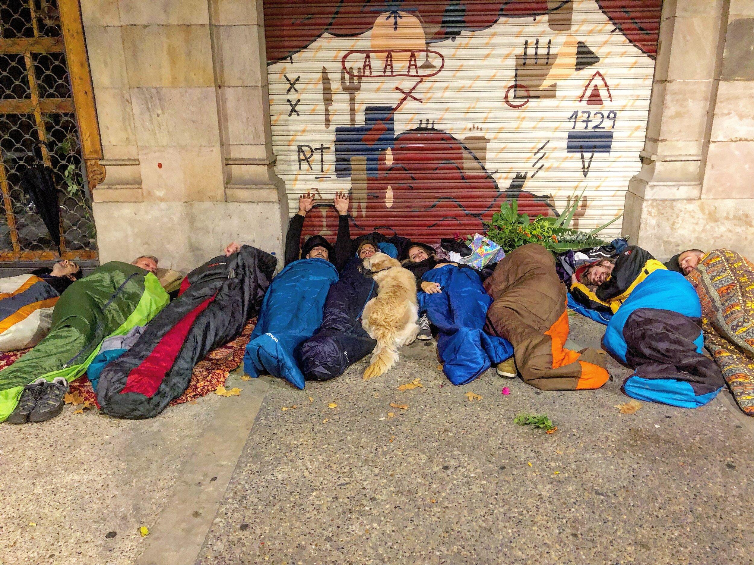 Dormimos en Paseo de Picasso para evitar la lluvia y viento que no paró. Es la primera vez que no dormimos al lado del monument a Rafael Casanova pero ha sido por una situación fuera de nuestras manos.