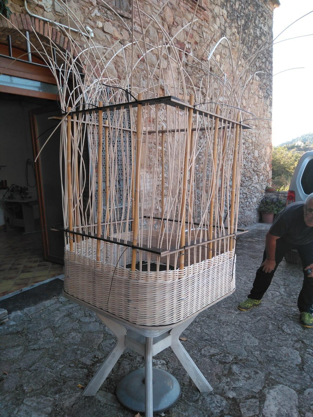 La cesta en construcción que acompañará la bicicleta eléctrica de Aflote.