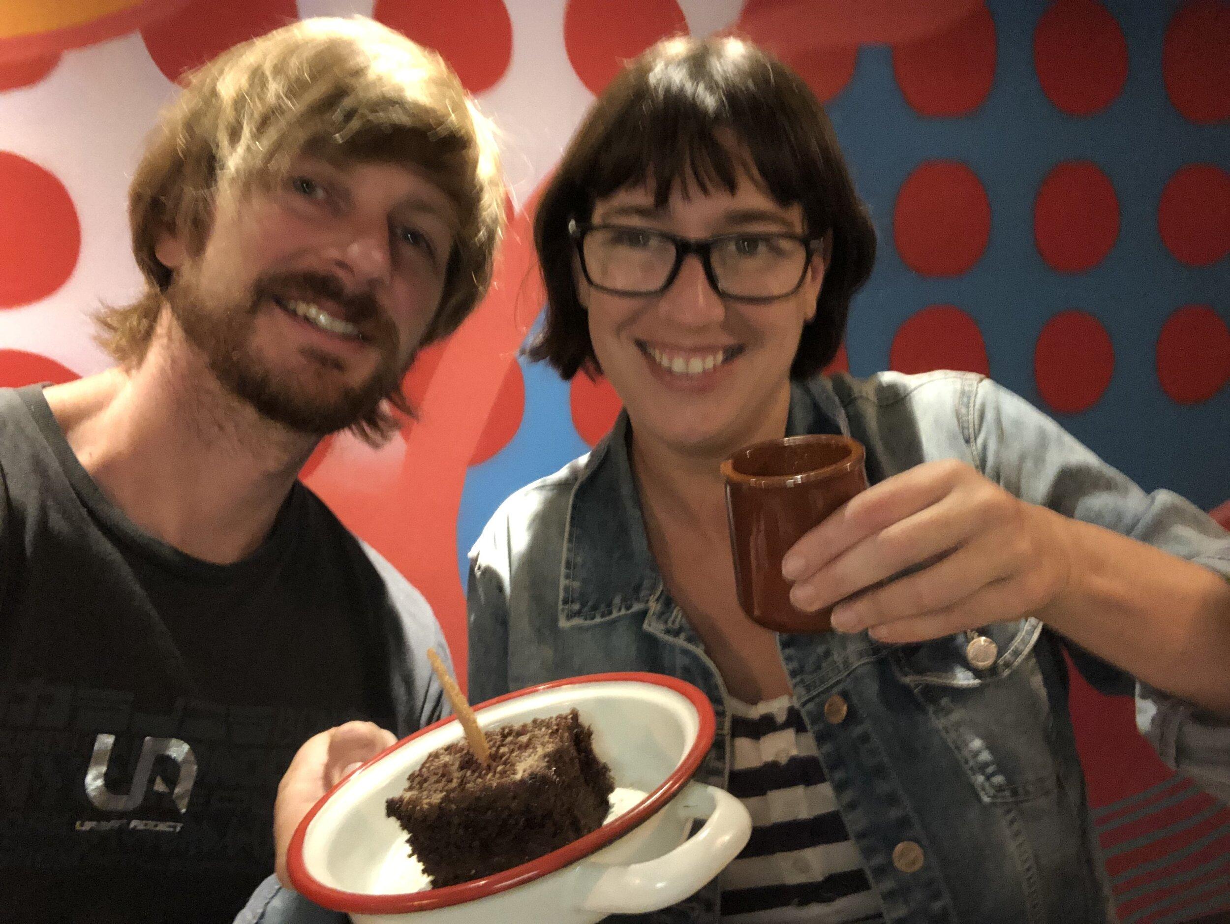 La foto salió un poco borrosa por la ansiedad de comer el pastel de chocolate jajaja