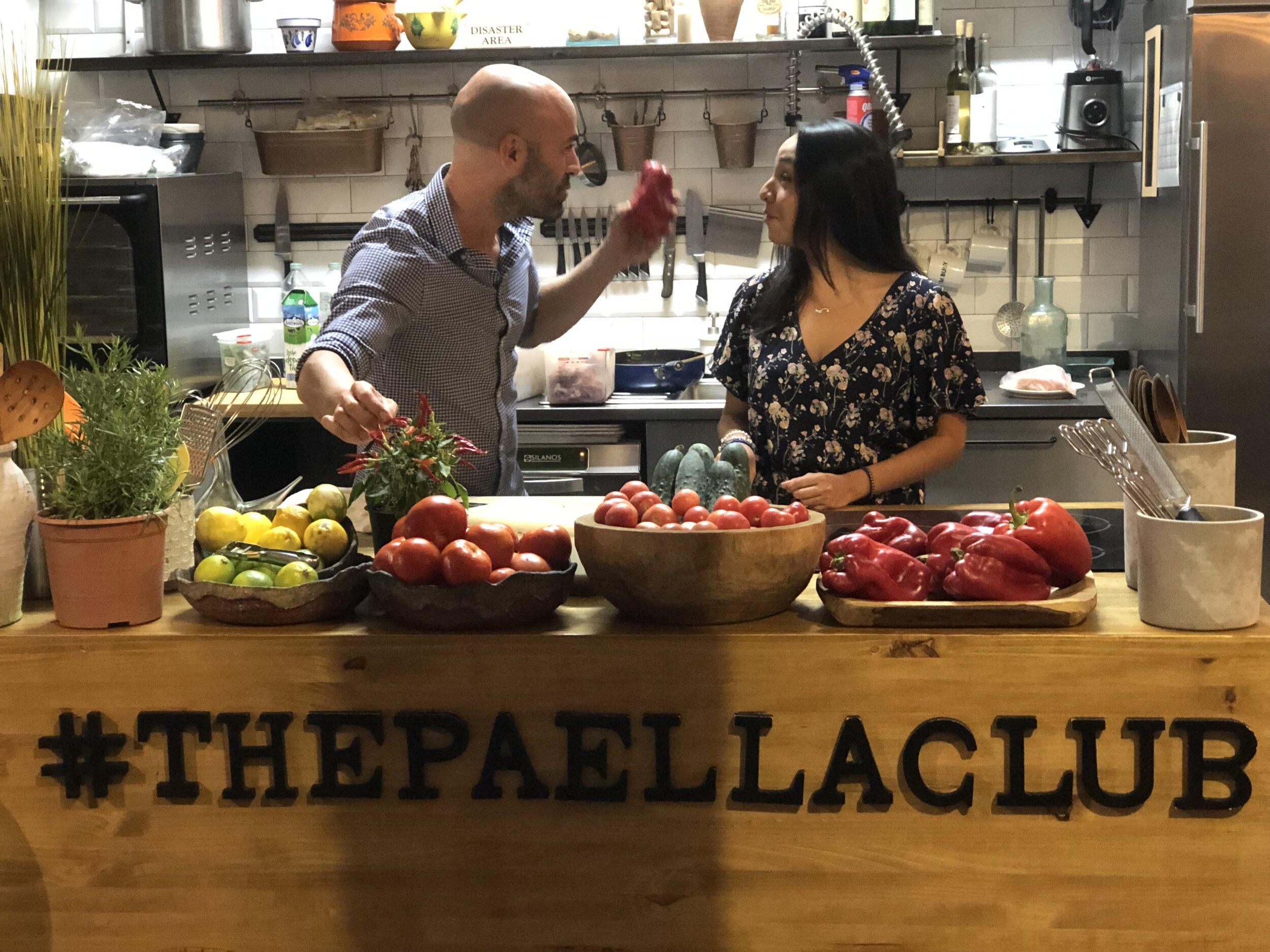Una conversación distendida entre Alex y Marina frente a algunos alimentos.