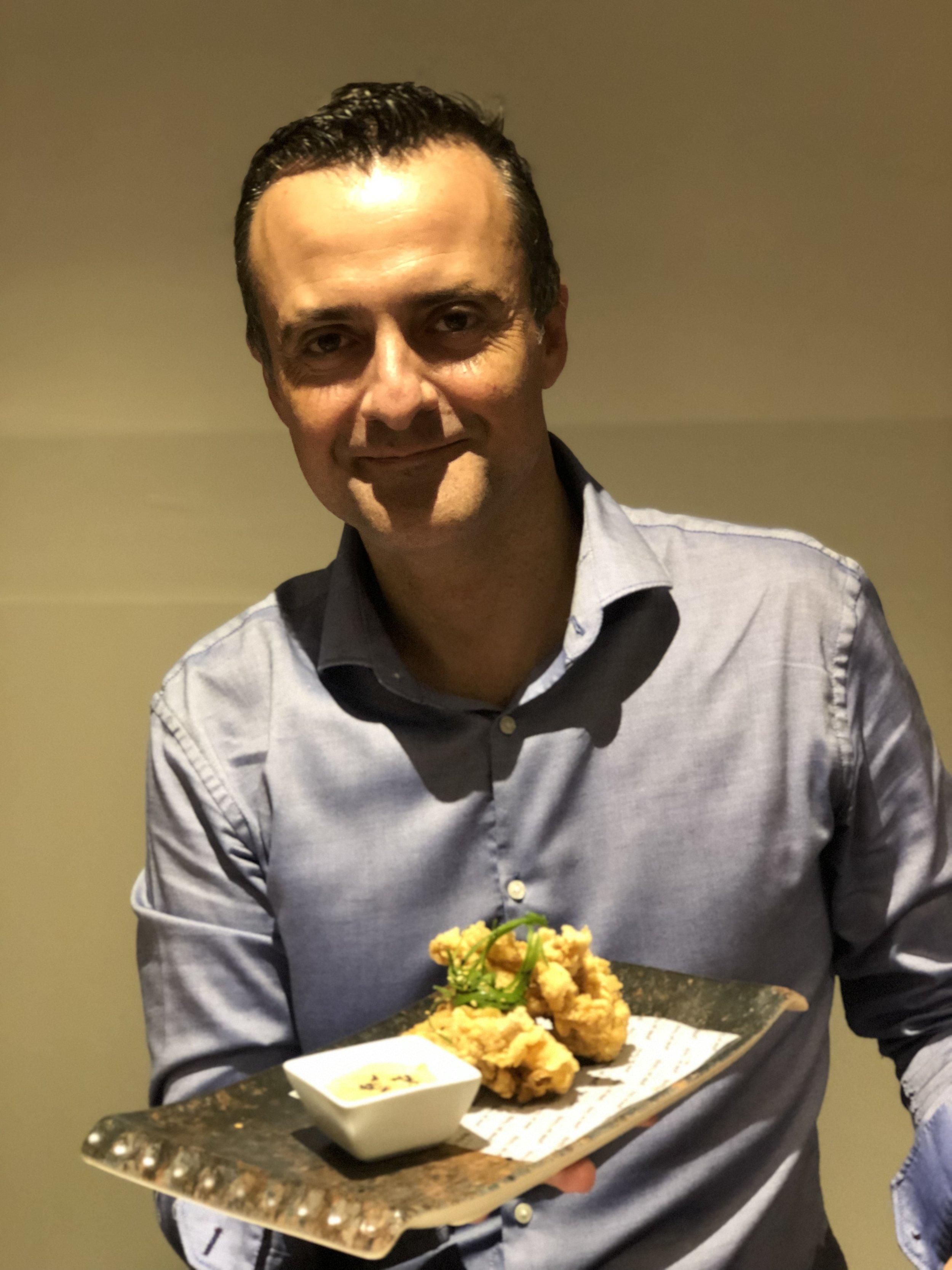 ¡Xavier a punto de disfrutar su segundo plato!