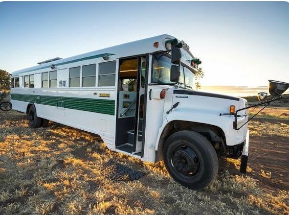 Nous cherchons à acheter un bus (genre d'ancien bus scolaire américain) et le transformer l'intérieur.