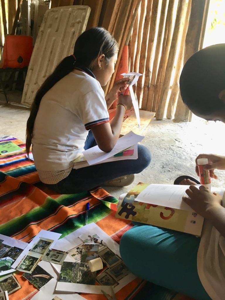 Chicas cortando fotos 3.jpg