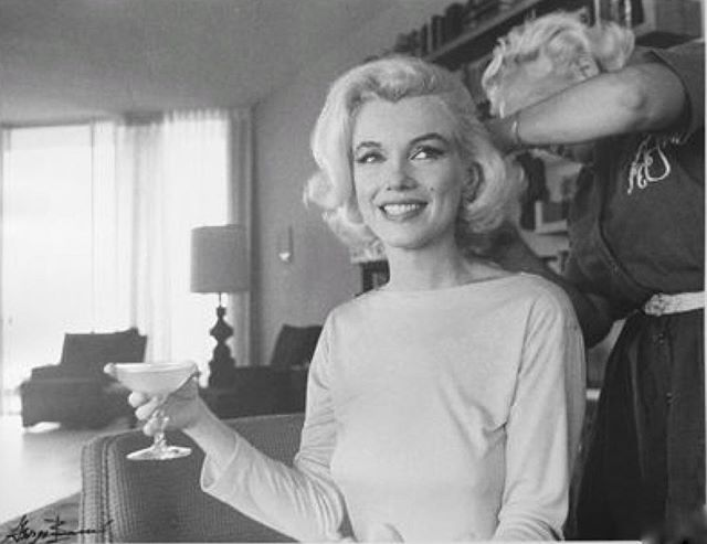 Cheers to the weekend and the first day of February #weekend #february #fevrier #marilynmonroe #champagne #sixtiesstyle