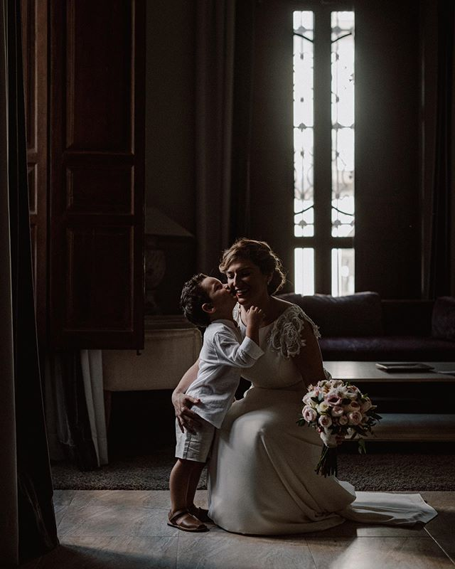 La fotografía habla por sí sola. Ellos y esa luz...😍🎉📷. . . #wedding #love #weddingphography #fotografiadebodas #weddingday #weddingmoments #weddingdress #family #light #kiss #kissmom #littleboy #magic