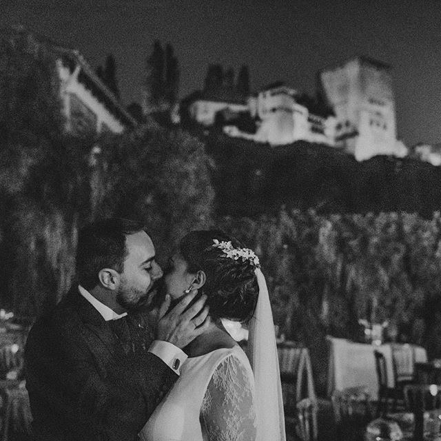 Carmen y Javier se casaron en Granada el pasado Agosto. Lo celebraron en @carmendeloschapiteles con unas vistas increíbles😍. . . #wedding #weddingphoto #granada #love #bodas #fotografiadebodas #carmendeloschapiteles #casateconnosotros #weddingdress #couple #married