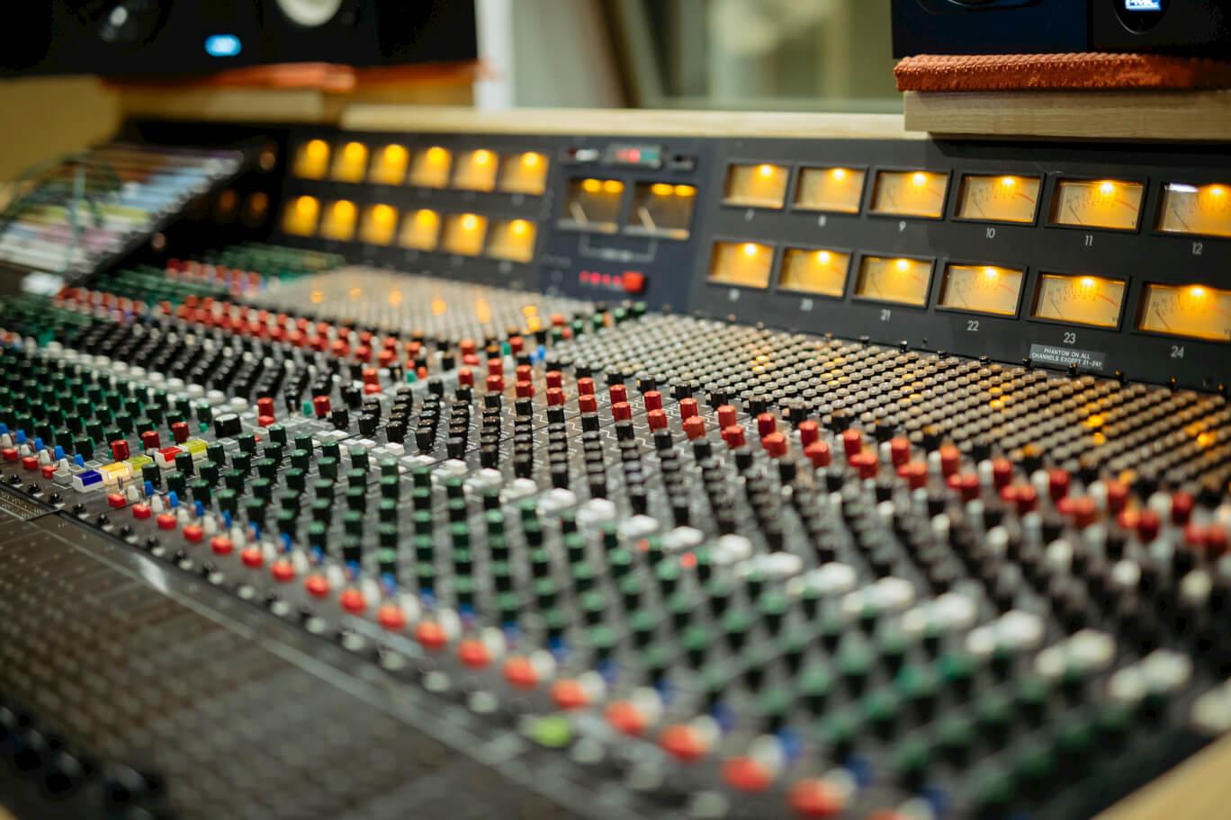 close-up-trident-80db-mixing-desk-evolution-studios-oxford-recording.jpg