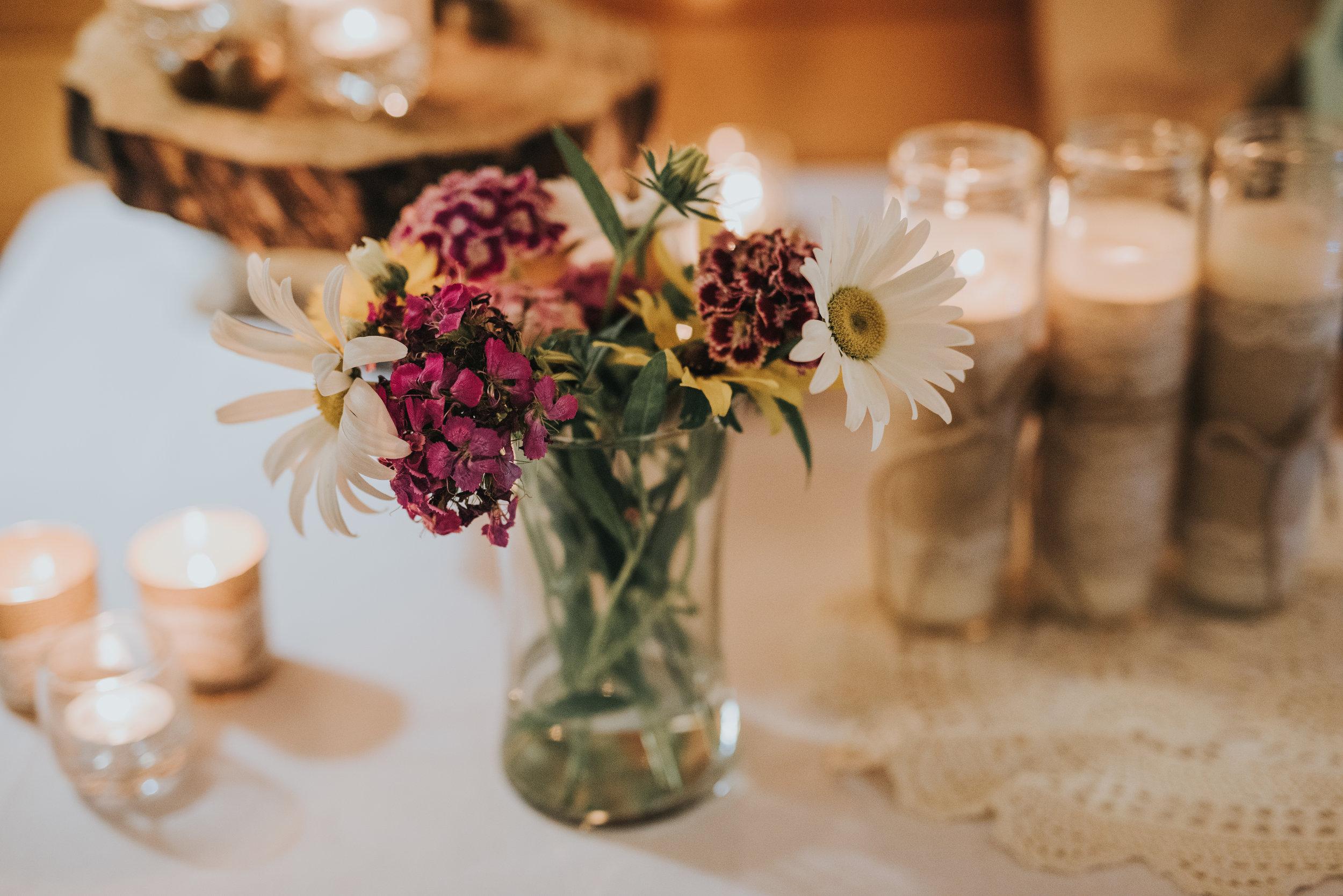 floral-rustic-cabin-wedding-decor-toronto-bohemian-boho-outdoor-summer-wedding-documentary-wedding-photography-by-willow-birch-photo.jpg