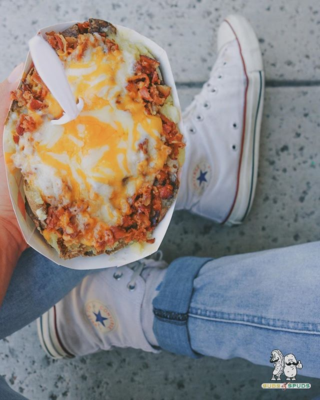 Kick back, relax, and enjoy a stuffed potato 👌🏽 #bacon #stuffedpotato