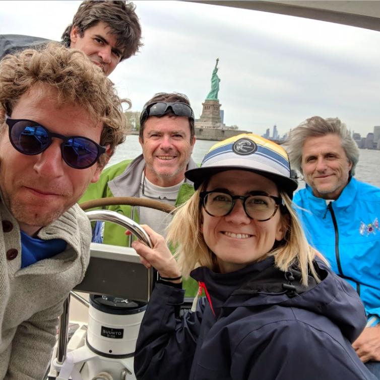 Tripulación visitando la estatua de la Libertad