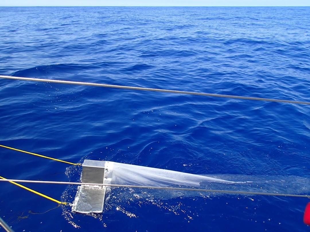 """Tomando muestras con el """"Trawl"""" de 5 Gyres"""