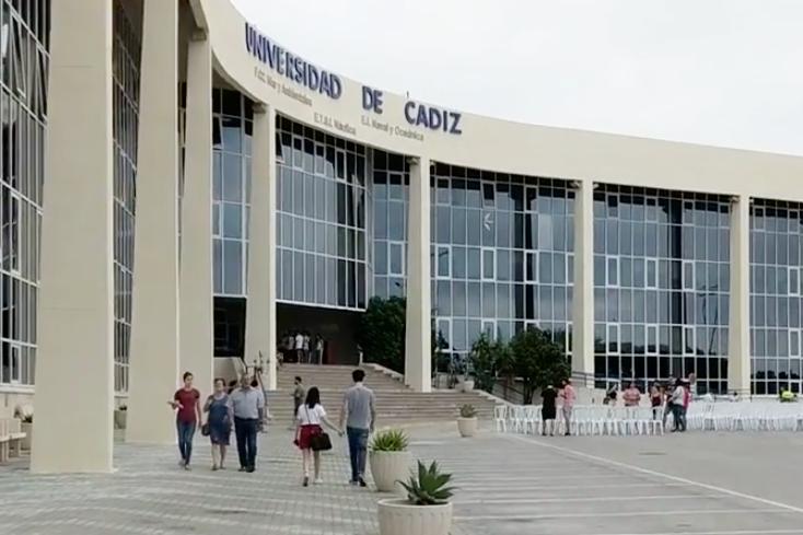 Llegando a la Universidad de Cadiz para entrevistar al investigador Andrés Cozar