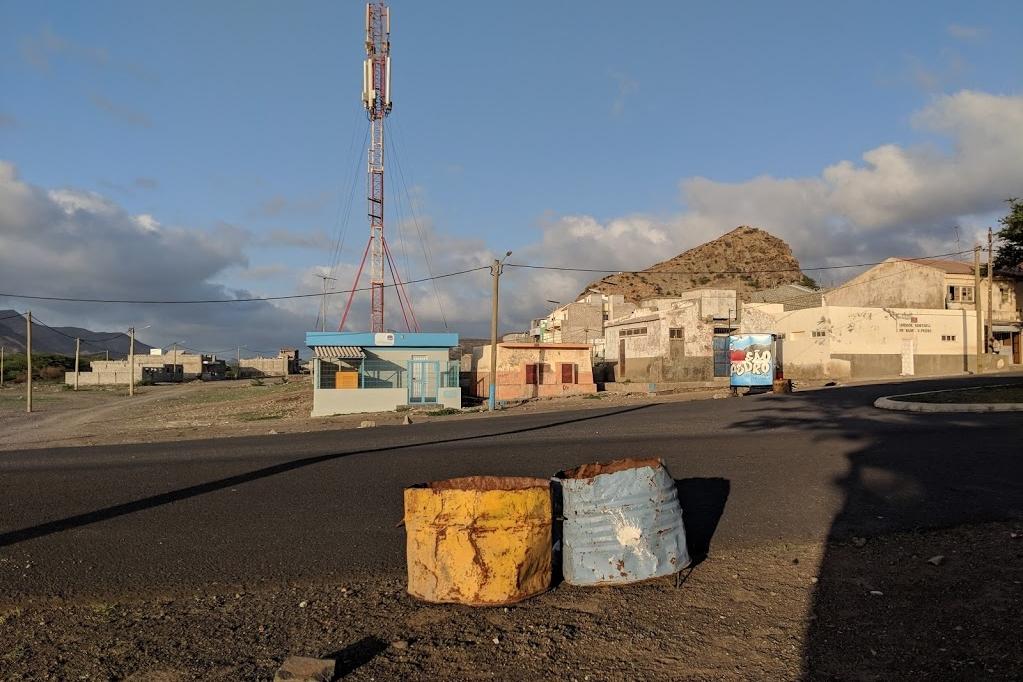 Tachos de basura diferenciada en San Pedro (cerca de Mindelo), Cabo Verde