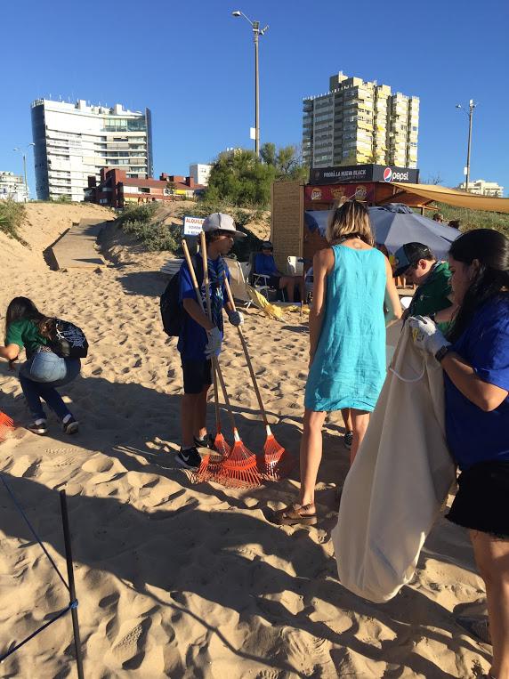 Con rastrillos y bolsas de tela a limpiar la playa.