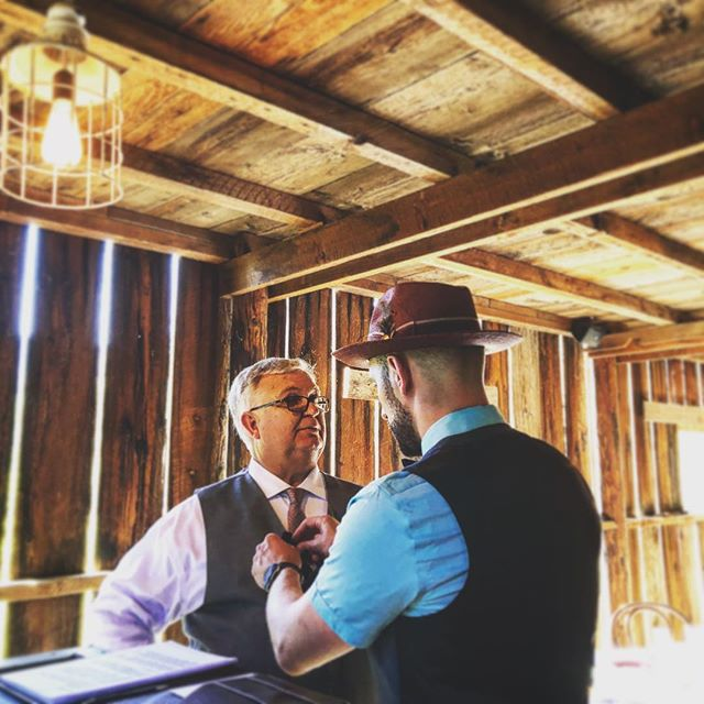 Make sure your wedding officiant can be heard during your ceremony!  All of our packages include audio production for your ceremony, live music, as well as DJ services!  #weddingofficiant #hoodriverwedding #hoodriver #gorgewedding #tinroofbarn #destinationwedding #pnwwedding #pnwbride  Thanks @ally_walsh for the super ninja photo skills @tinroofbarn  @unioneventco