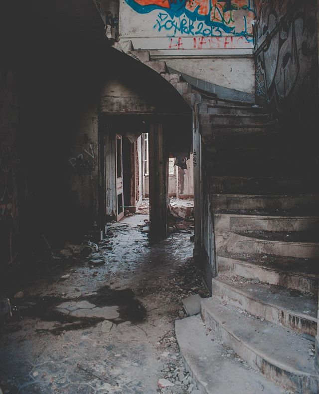 What crime do you think could have taken place in this old abandoned building? This is my favourite creepy photo of the week, hoping it will provide some inspiration for the thriller writers out there. Happy writing! . 📷 Photo credit Florian Olivo . . . #abandonedbuilding #crimescene #creepyphoto #photooftheweek #writerscommunity #writersofinstagram #crimethrillerbook #crimefictionthriller #amwriting #writersblock #authorlife #thrillerauthor #writinginspiration