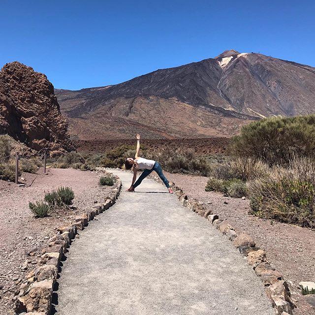 Sopka #elteide a její majestátnost... nepřestala mě uchvacovat po celou dobu mé cesty po Tenerife. Symbolizuje pro mě sílu a pevnost, zároveň chaos a vytrvalost. Stejně jako jóga nás učí spojení sama se sebou, ve kterém se postupně spřátelujeme sami se sebou a nacházíme v tomto spojení ohromnou sílu, která nám pomáhá na naši cestě 🙂👌 Rozvrh lekcí tento týden: Úterý 12.00 @jogaletna  Středa 16.15 @yogame_studio  Středa 19.00 Kurz jógy a mindfulness (Arbesovo namesti) Čtvrtek 10.00 NOVĚ @jogaletna  Čtvrtek 12.00 NOVĚ @mindfulnessclub.cz na Letné Pátek 8.40 @dum_jogy Vinohrady Pátek 16.15 @dum_jogy Anděl  Moc se na vás těším! 🙏 . . . #joga #jogavpraze #joganapohodu #meditace #mindfulness #travelling #cestovani #inspirace #jogousamaksobe