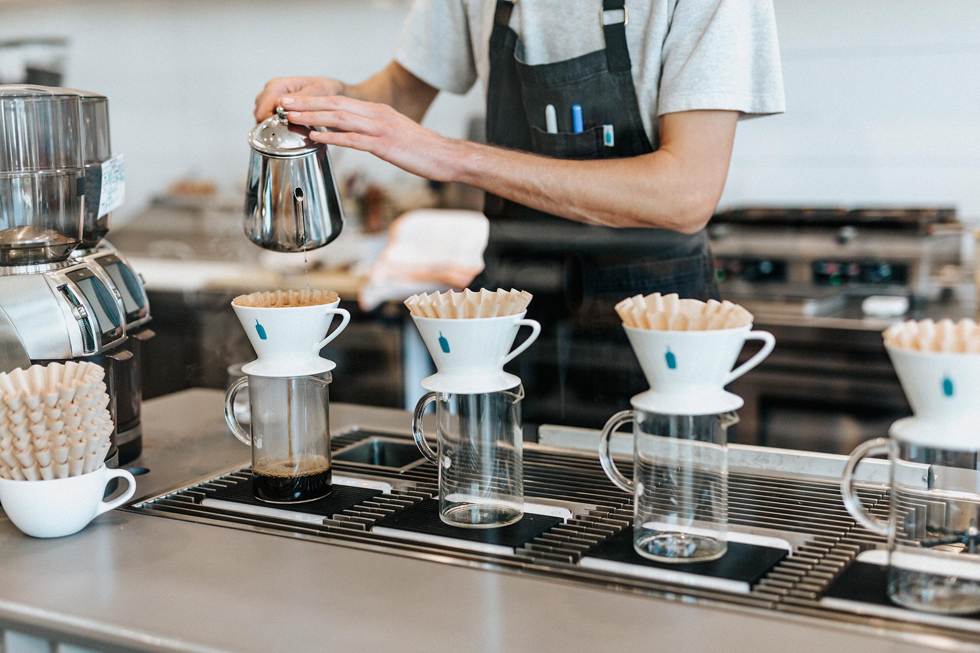 Preparación de cafés en  Blue Bottle Coffee  de Los Angeles, CA. Foto:  Tyler Nix