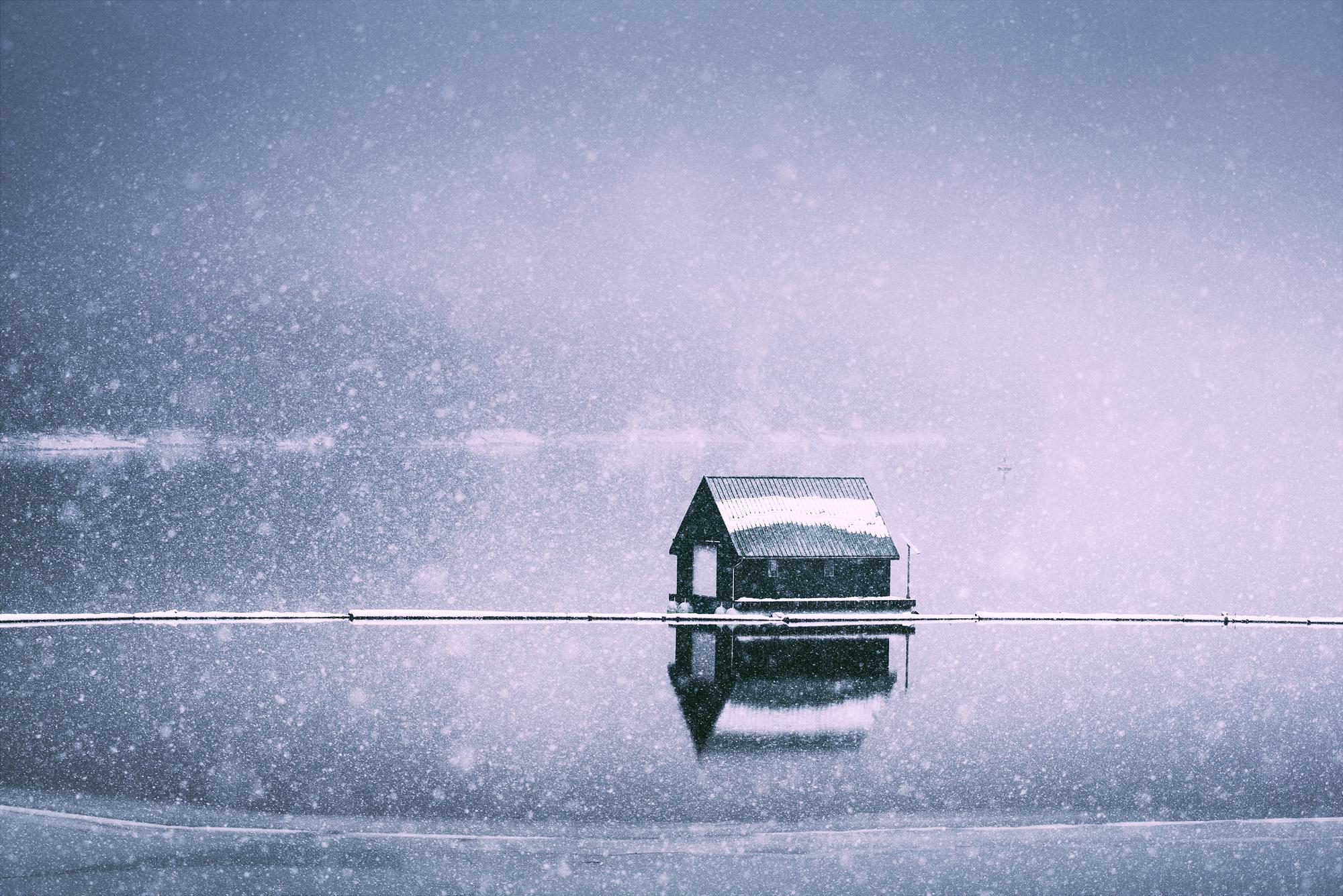 Atmospherics_Lake_House_In_The_Snow_2000px.jpg