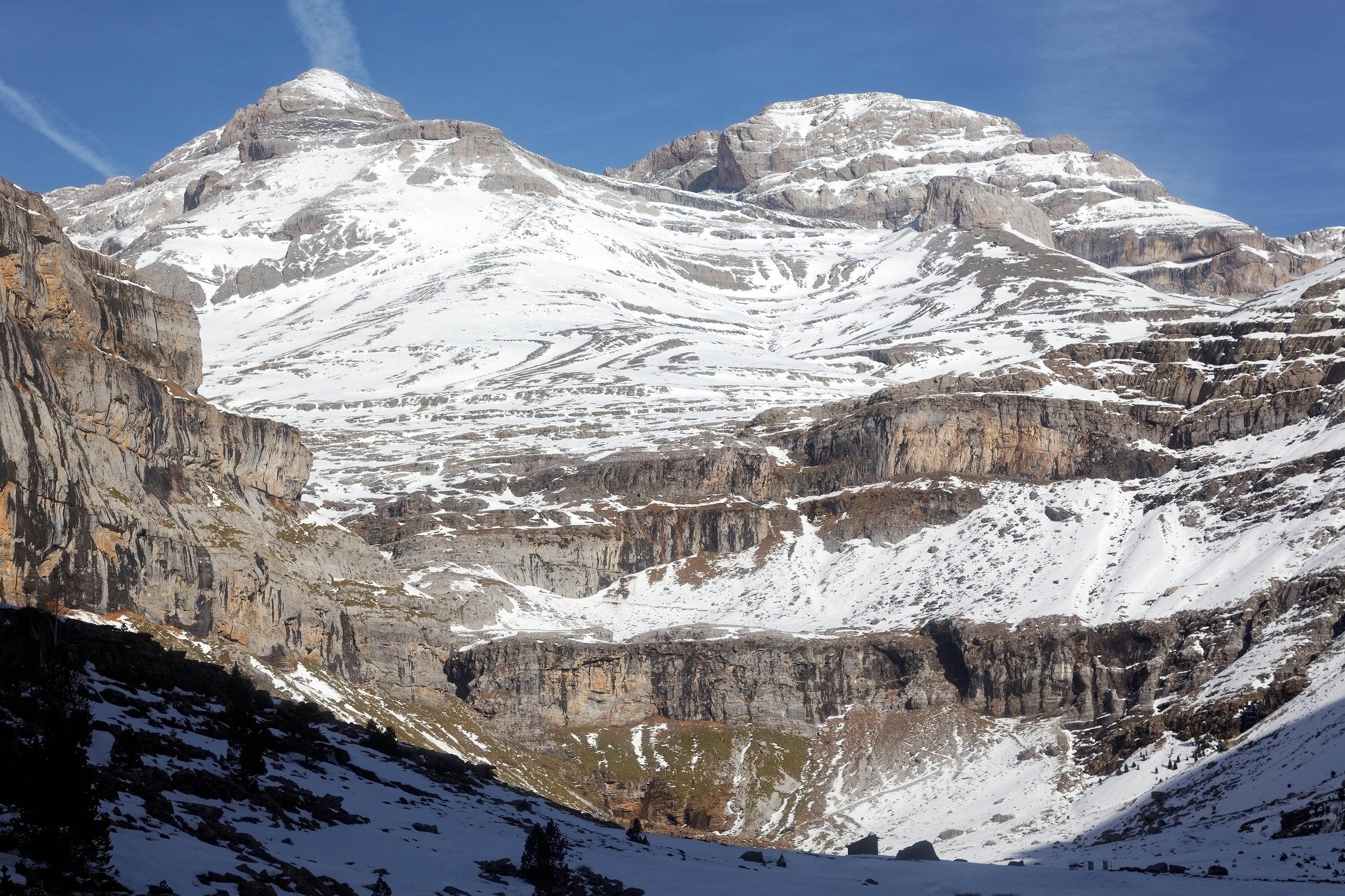 La vallée d'Ordesa, et le Mont Perdu en haut à gauche qui culmine à 3355 mètres d'altitude.