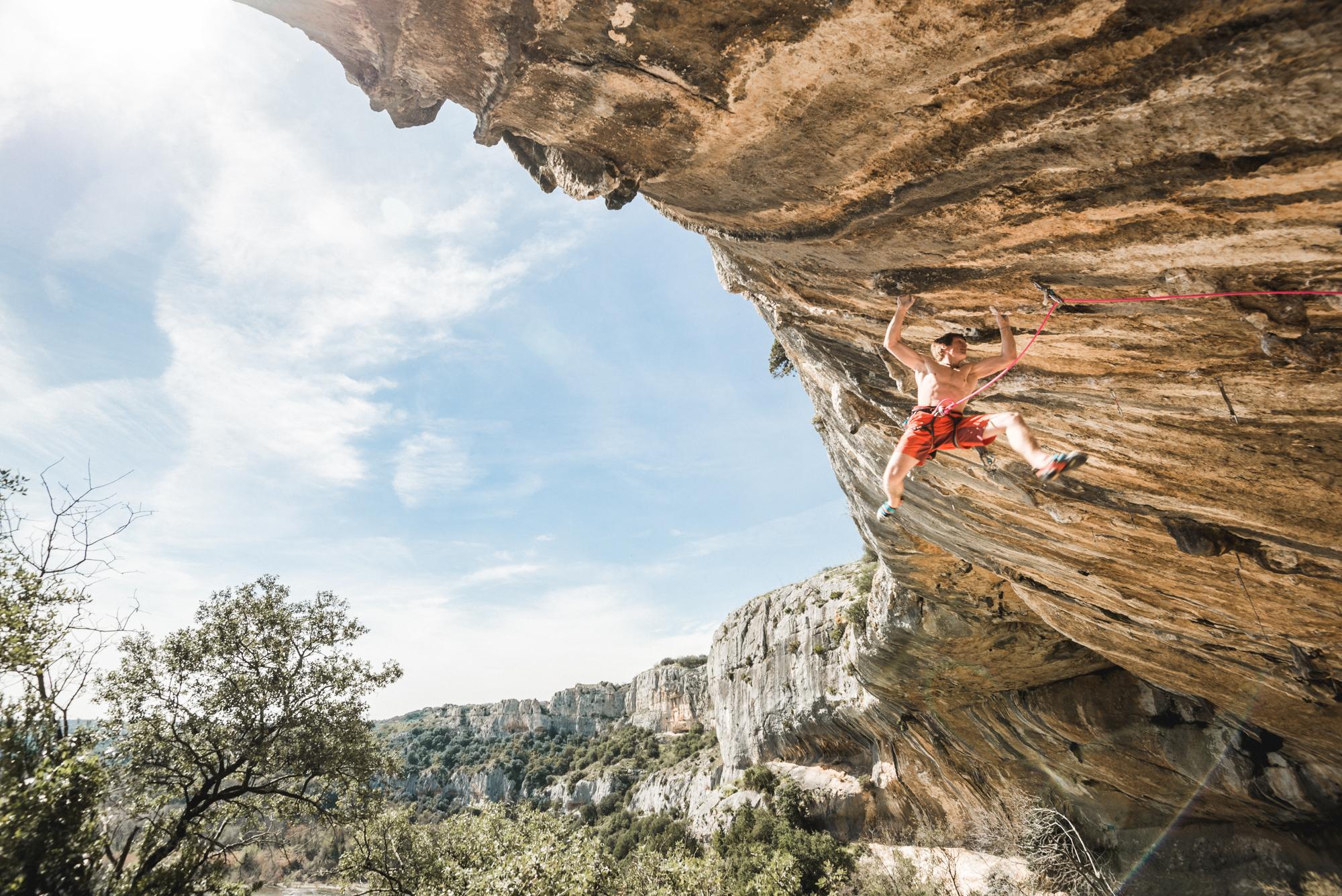 James Pearson découvre son nouveau chez lui sur la falaise de Russan, France