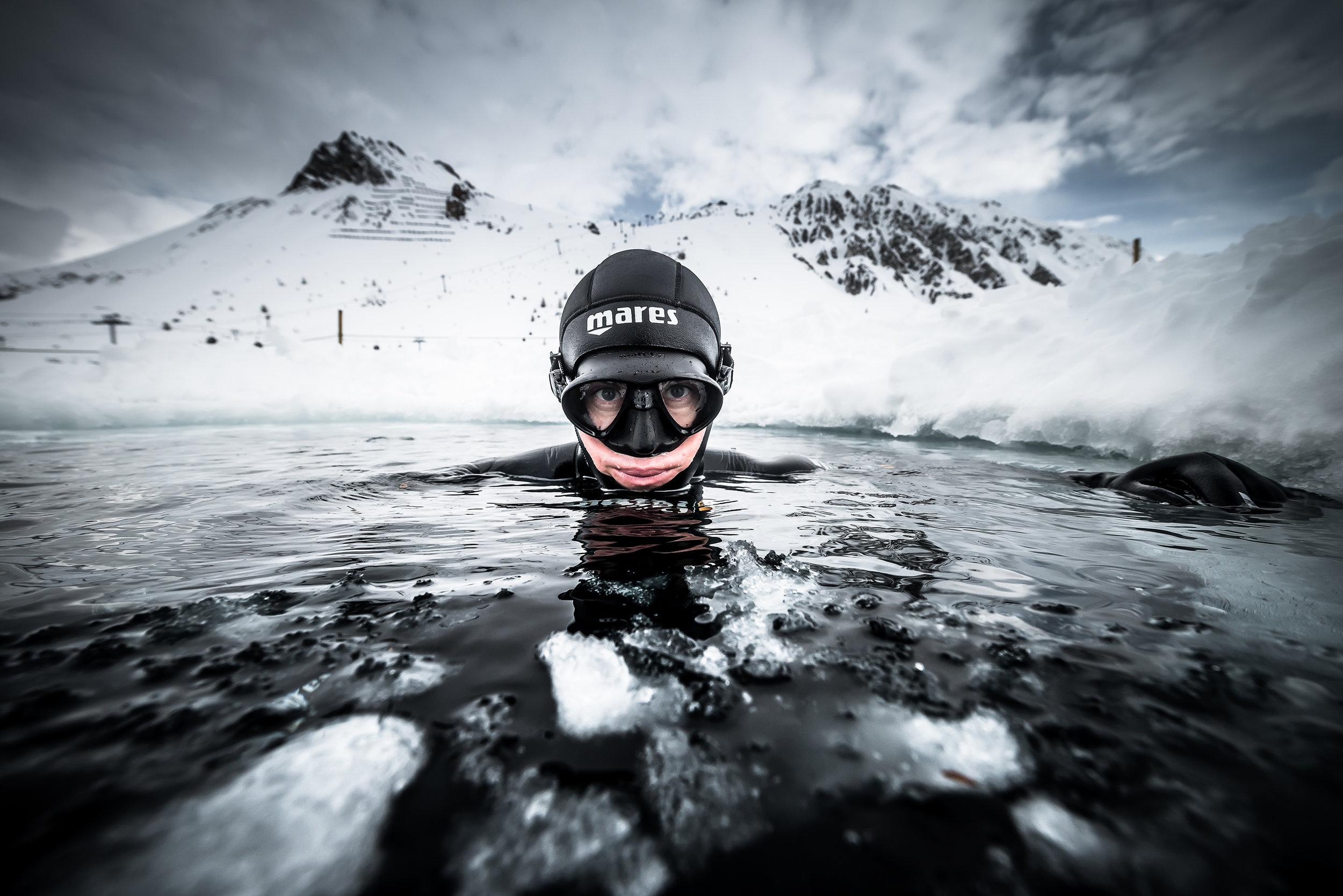 Photo : Andy Parant -  Immersions dans le lac où furent tournées les séquences sous glace du film de Luc besson Le Grand Bleu à 2000m d'altitude, Tignes