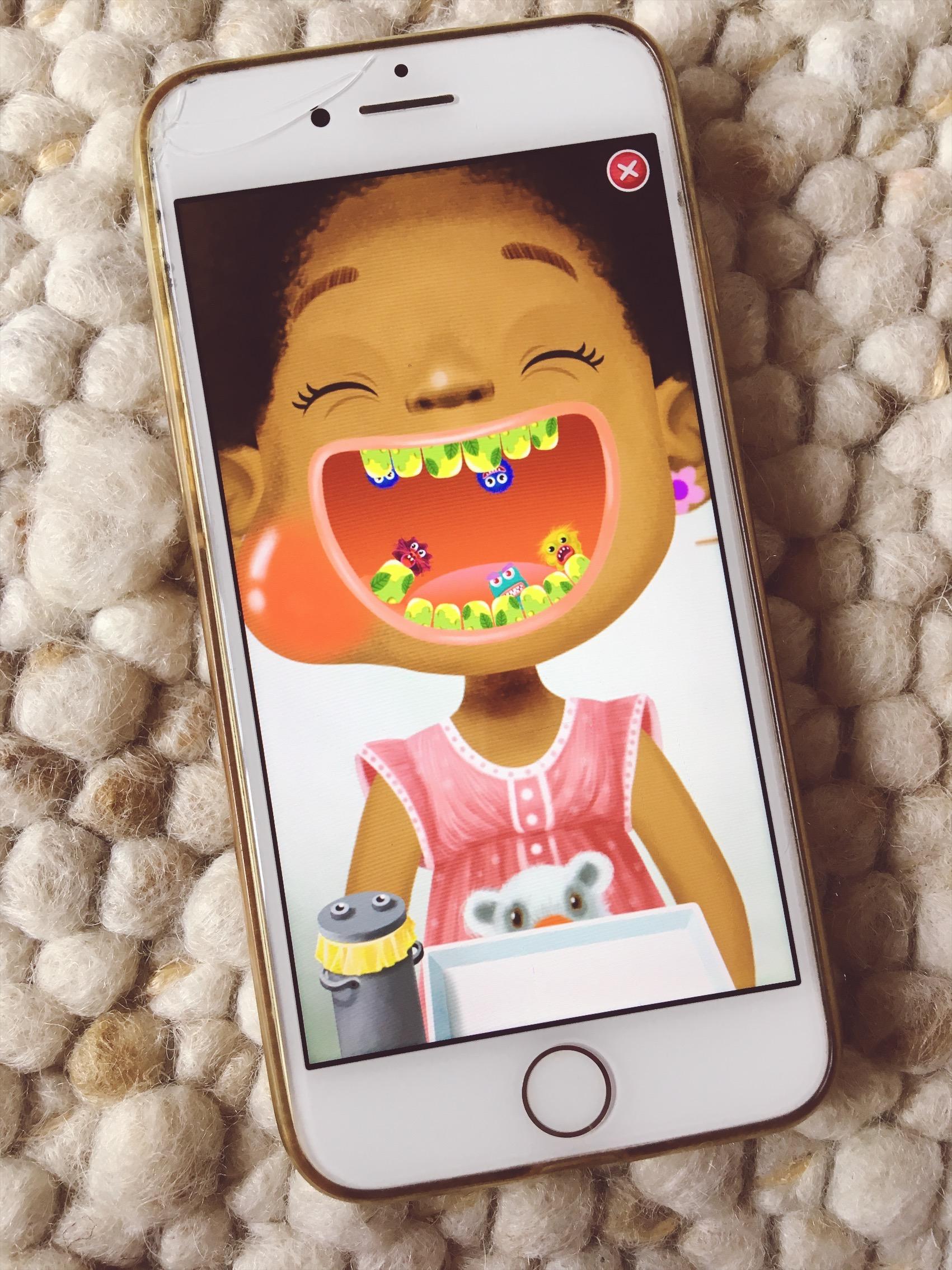 Evas Zähne brauchen Hilfe. Kariesteufelchen haben es sich gemütlich gemacht und das ein oder andere Loch gegraben.