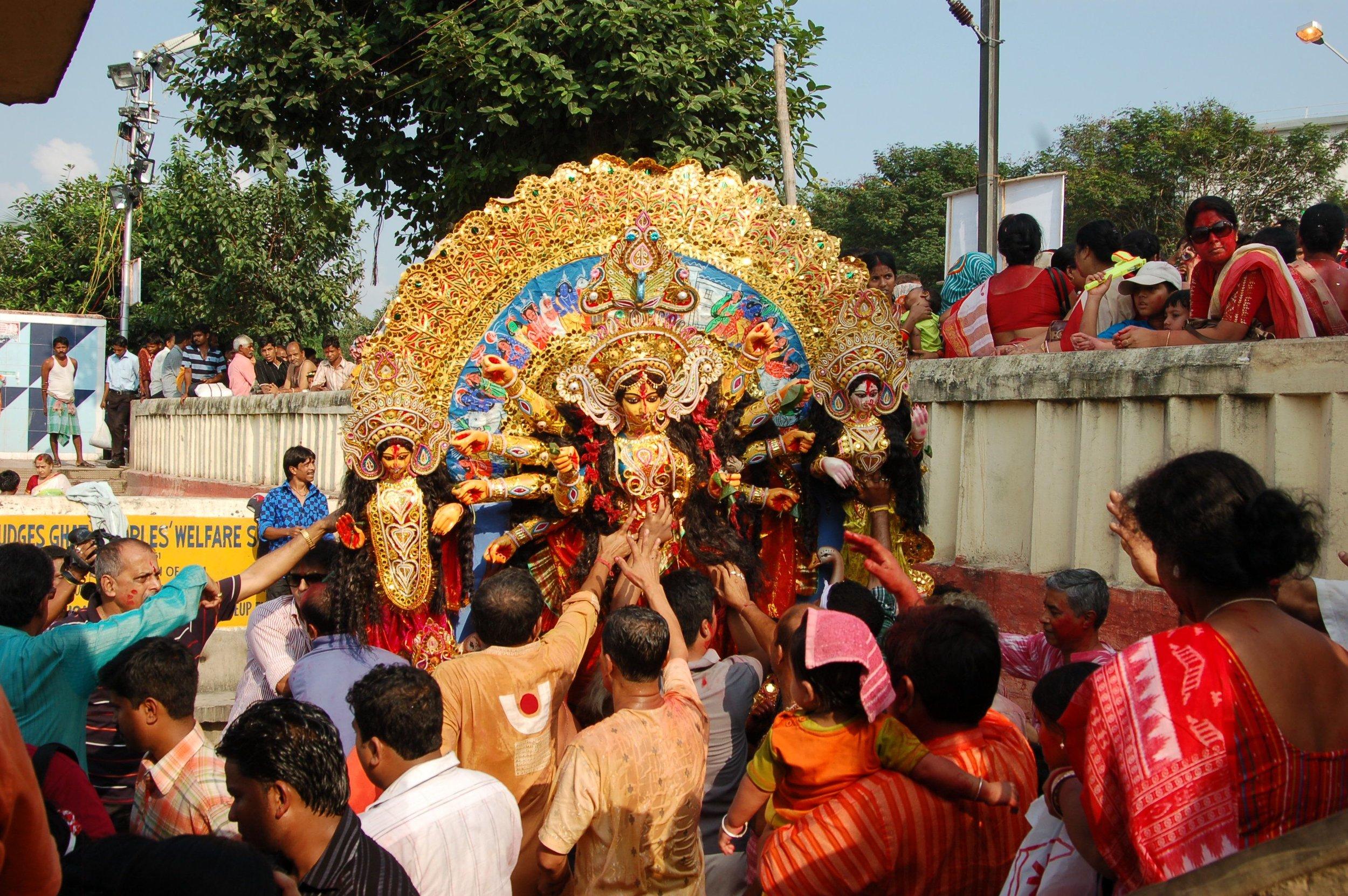 Durga er en panhinduistisk gudinne. Den største hindu-festivalen i Bengal er en feiring av henne. Ved avslutningen av festivalen byr man farvel til gudinnen og statuene nedsenkes i elven Hooghly. Foto: Knut A. Jacobsen.