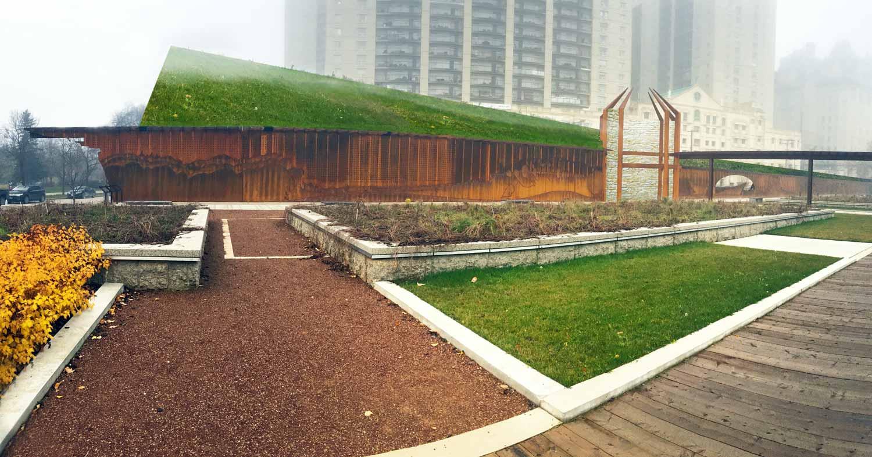 ….This rendering shows the green roof of the proposed Interpretive Centre, as seen from the park. ..Ce rendu présente le toit vert du centre d'interprétation proposé, tel qu'il serait vu à partir du parc. ….