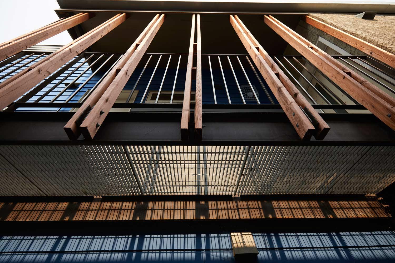 ….Openings in the cedar and steel create a play of light and shadow on the second floor decks. ..Des ouvertures dans le cèdre et l'acier créent un jeu d'ombre et de lumière sur les terrasses du deuxième étage. ….