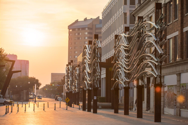 ….The project has stimulated and facilitated commercial and community activity in the city centre. ..Le projet a stimulé et encouragé l'activité commerciale dans le centre-ville. ….
