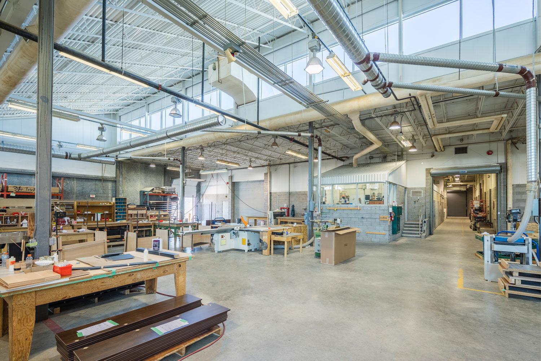 ….The woodworking shop is a fully equipped, large-scale manufacturing facility. ..L'atelier de menuiserie est entièrement équipé et propice à la production à grande échelle. ….