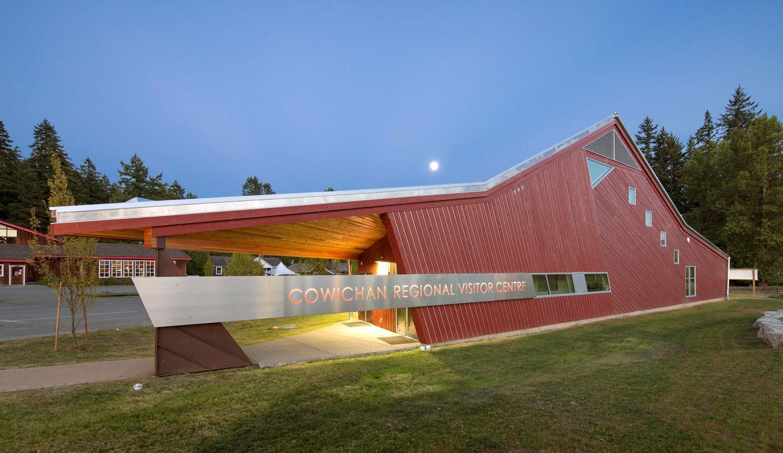 ….The Cowichan Regional Visitor Centre is a landmark building providing orientation for tourists and a meeting space for residents. ..Le pavillon d'accueil de la région de Cowichan est un bâtiment phare qui procure de l'information aux touristes tout en étant un lieu de rencontre pour les résidents. ….