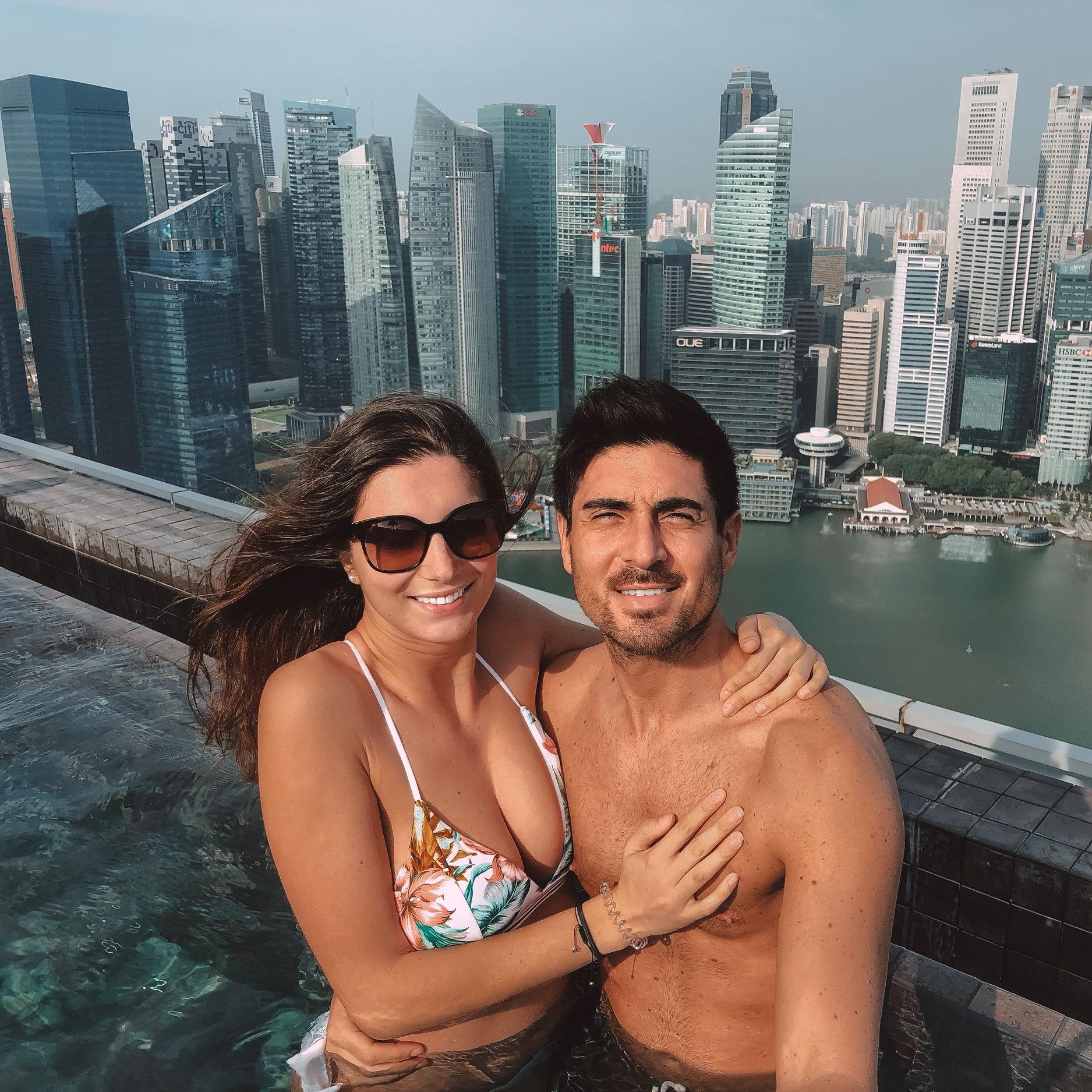 Chiller dans la plus haute piscine du monde à Singapour. -
