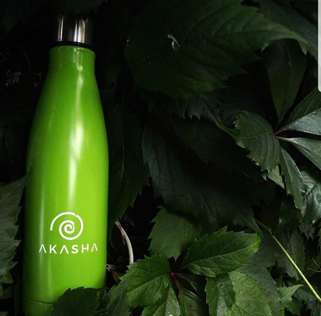 Our AKASHA Bottle in its natural habitat 😎 Courtesy of @Plant_Powered_Emma  _⠀⠀⠀⠀⠀⠀⠀⠀⠀ Thank you everyone for 10k followers! It's great to see so much support for our green bottle. We have some very exciting news and giveaways planned for you over the next few weeks so stay tuned and #StayHydrated 💚 _⠀⠀⠀⠀⠀⠀⠀⠀⠀ #zerowaste #zerowastelife #banthebag #wastefree #plasticfree #plasticsucks #waronwaste #zerowastehome #vegansuk #healthyliving #sustainableliving #plantbased #protecttheearth #saveouroceans #gogreen #ecolife