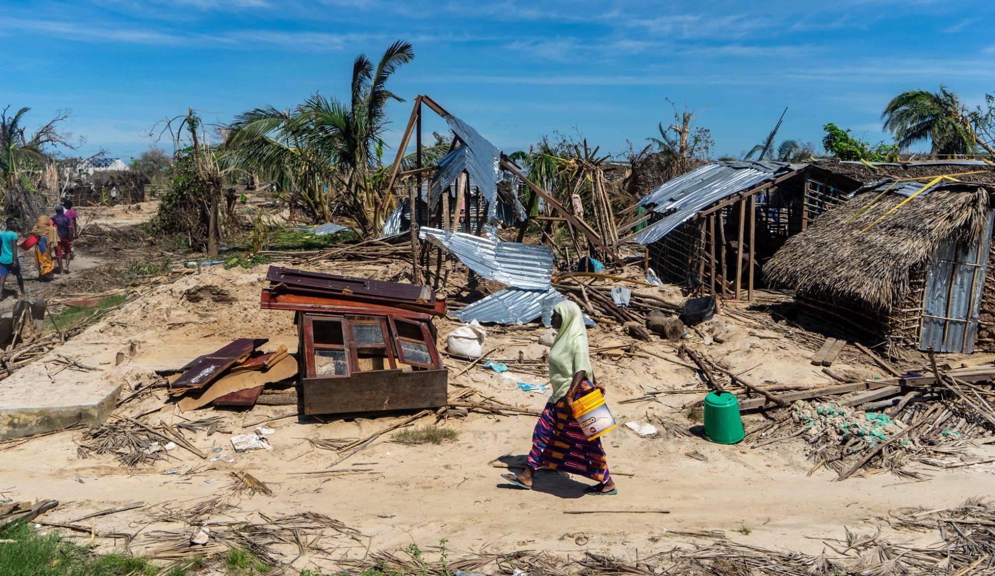 Una mujer camina junto a unas casas destrozadas por el ciclón Kenneth el pasado 13 de mayo en la localidad de Guludo de la isla de Ibo, en Mozambique.  ZINYANGE AUNTONY AFP