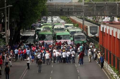 El pasado 3 de junio, choferes de taxis, camiones y microbuses marcharon por calzada de Tlalpan para demandar que se cancelen aplicaciones como Uber. Foto Jesús Villaseca