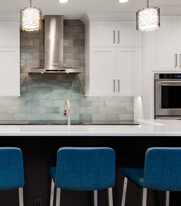 modern and chic kitchen featuring bar