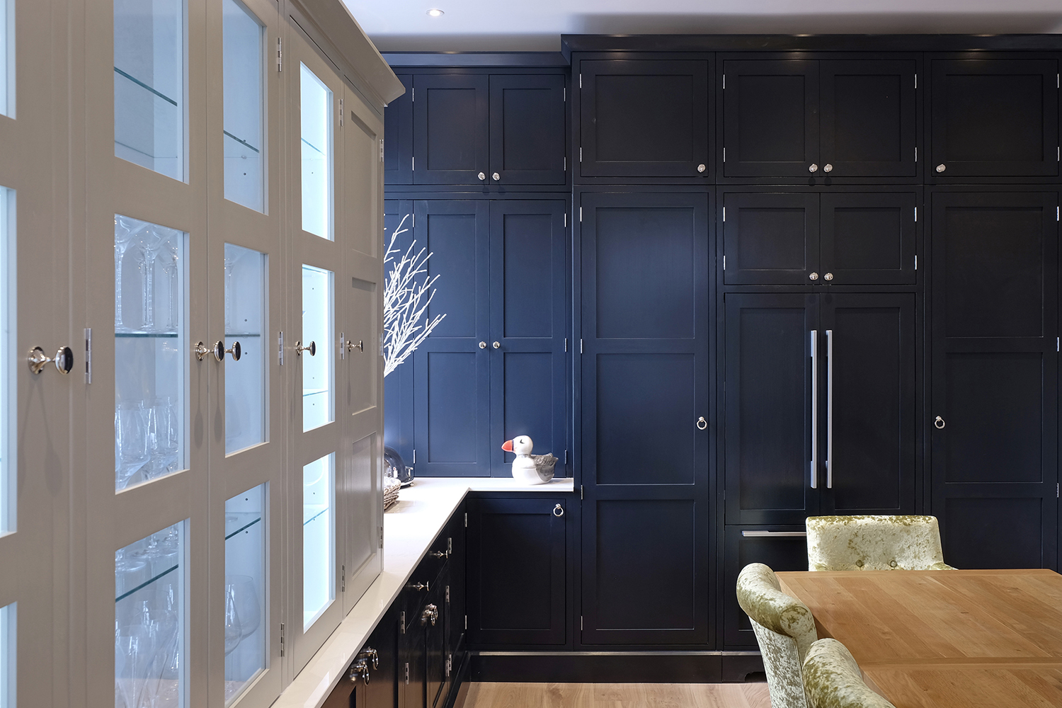 Contrasting kitchen cabinets