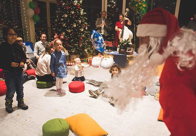 Our last kid event with Wework employees and their kids ♥️ Au programme: craft workshop 🖍, food and drinks for all ages 🍭🍿🍎🍒🥖, a concert 🎶, Santa 🎅 and a lot of gifts for all 🎁  #eventdesign#berlin#teamevents#employeehappiness#employeeevents#christmasparty#kidparty  Pics by @amkzara