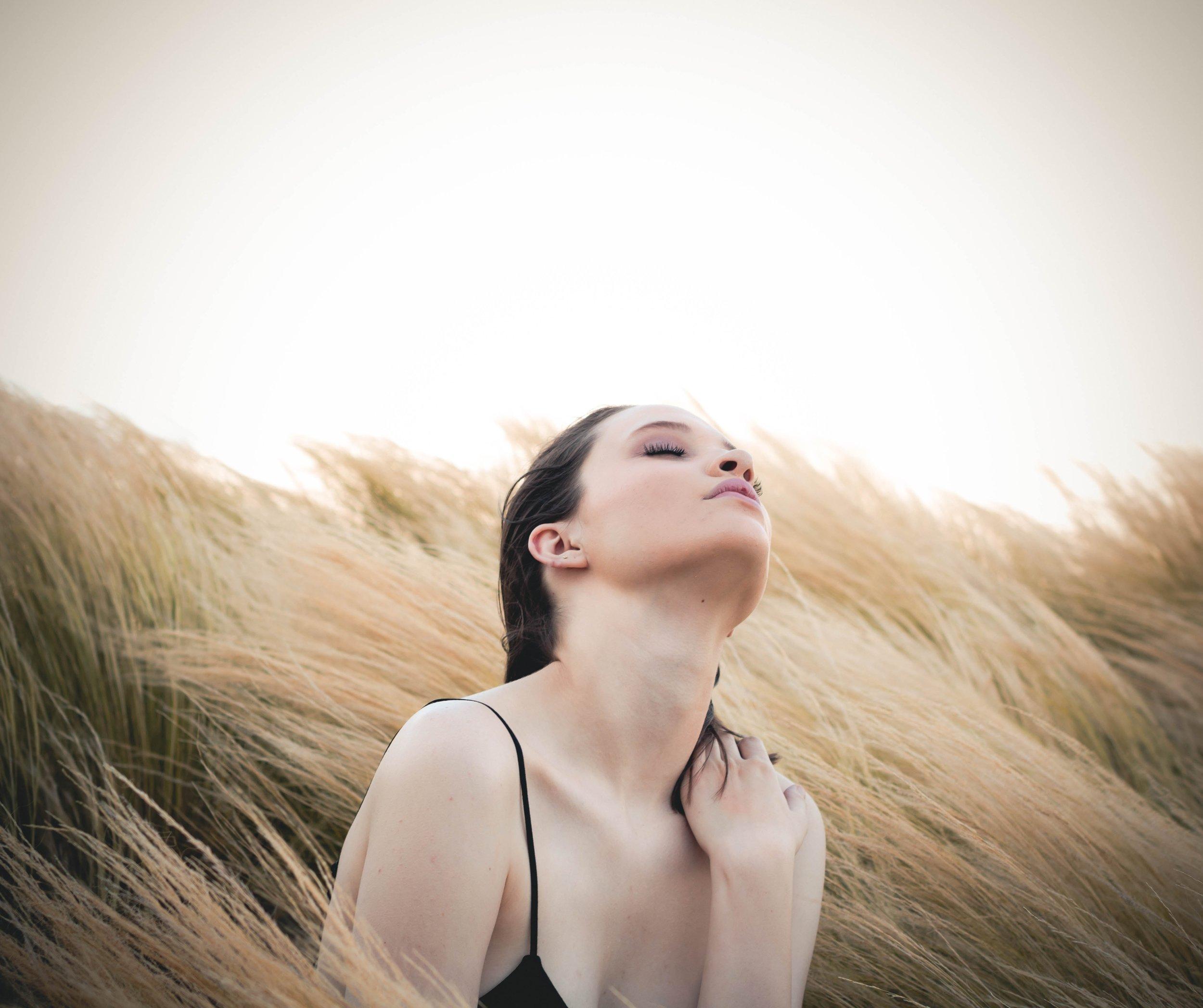 IN17 SKINCARE kemialliset kuorinnat - IN17 Deep Effect ihonhoitosarjan kemialliset kuorinnat ovat tehokas ja turvallinen hoitomuoto, joka parantaa ihon laatua. Kemiallisen kuorinnan aikaansaama hallittu ihovaurio ihon pintakerroksessa saa aikaan ihon tehokkaan uusiutumisen. Ihosta tulee sileämpi ja heleämpi.KEMIALLINEN KUORINTA- kirkastaa ihon väriä, ihon sävy paranee- tasoittaa juonteita ja ryppyjä- supistaa ihohuokosia- parantaa ihon kollageenin ja elastaanin tuotantoaIN17 Cinderella Peel sopii kaikille ihotyypeille. Kuorinta on maitohappopohjainen 15% liuos, joka sisältää myös kantasolu-uutetta ja allantoiinia. Hoito suositellaan tehtäväksi sarjahoitona x 3, kolmen viikon välein. Kuorinta toimii myös kertahoitona kirkastaen ihoa.IN17- CC Peel sopii erityisesti akne ja rosacea iholle. Kuorinta puhdistaa ja rauhoittaa ihoa. Sen sisältämä atselaiinihappo 15% vähentää tulehdusta ja bakteereja, kun taas salisyylihappo 1,6% syväpuhdistaa ja kuorii ihoa. Suositellaan tehtäväksi sarjahoitona x 3, yhden viikon välein.Hoidon jälkeen iholle levitetään hyaluronohappoa ja kantasolu-uutetta sisältävä IN17 Deep Effect seerumi ja kosteusvoide. Kuorinnan jälkeen iho punoittaa ja saattaa hilseillä muutaman päivän ajan. Tarkemmat jälkihoito-ohjeet annetaan suullisesti ja kirjallisesti käynnin aikana. Kuorintaa ei tehdä raskaana oleville tai imettäville, tai mikäli ihossa on aktiivinen tulehdus. Sitä ei tehdä myöskään systeemisen aknelääkityksen aikana.